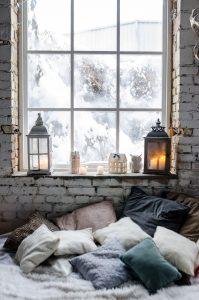 intérieur hygge avec lanternes et coussins