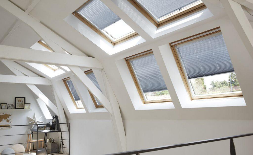 Store plissé gris fenêtre de toit